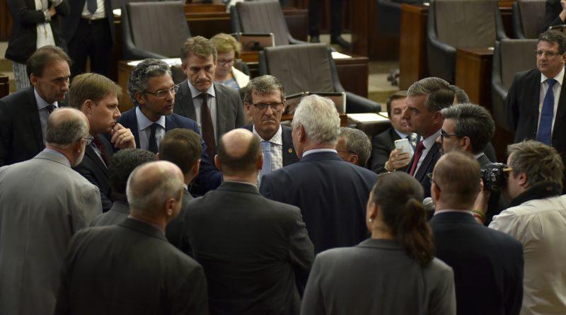 A Assembleia Legislativa aprovou o projeto que autoriza o governo gaúcho a parcelar o pagamento do décimo terceiro salário dos servidores