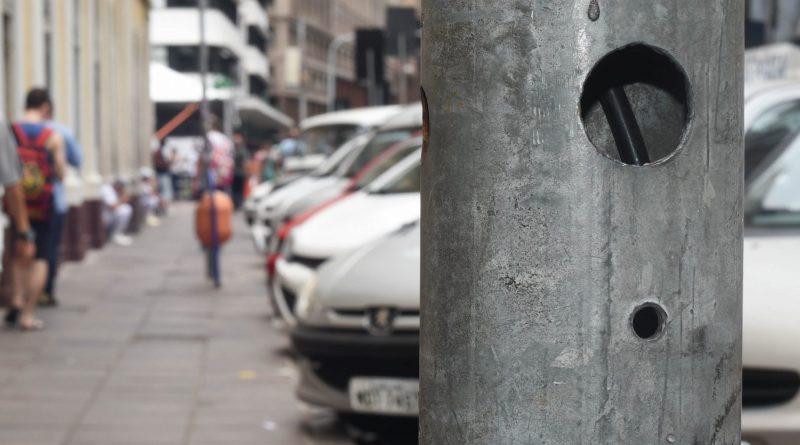 Vandalismo afeta a travessia de pessoas com deficiência visual em Porto Alegre