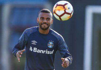 """Leonardo Gomes comemora fase no Grêmio e fala sobre a disputa com Léo Moura: """"Procuro me espelhar e aprender com ele"""""""