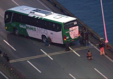 Termina sequestro em ônibus na Ponte Rio-Niterói; sequestrador foi atingido e morto