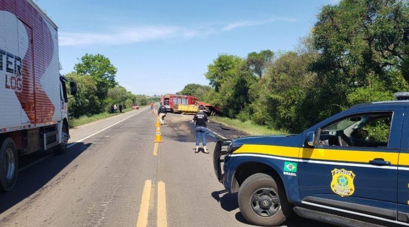 Acidente entre carro e caminhão deixa três mortos na BR-290, em São Gabriel