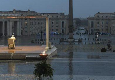 Papa reza sozinho e concede indulgência plenária